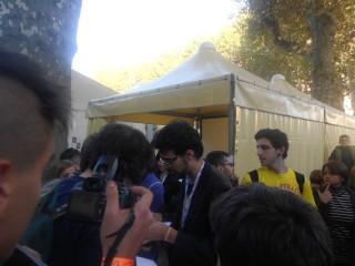 Dario Moccia mentre firma le copie del suo fumetto al Lucca Comics Games.